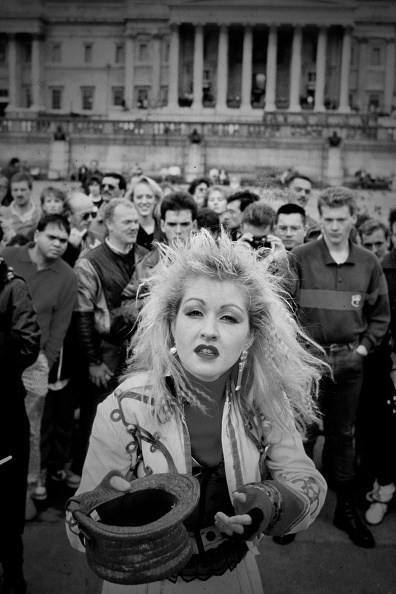 Three Quarter Length「Cyndi Lauper Films 'Change Of Heart' Video In Trafalgar Square」:写真・画像(18)[壁紙.com]