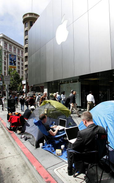 In A Row「Long-Awaited Apple iPhone Goes On Sale Across U.S」:写真・画像(7)[壁紙.com]