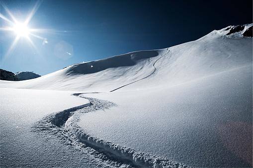 Skiing「Austria, Tyrol, Ischgl, ski tracks in powder snow」:スマホ壁紙(9)