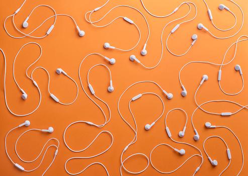 Conformity「White earphones on orange background, 3D Rendering」:スマホ壁紙(2)
