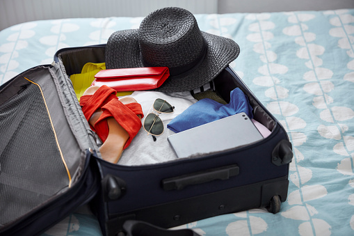 Flip-Flop「Suitcase with summer vacation utensils on bed」:スマホ壁紙(5)