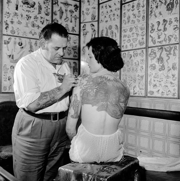 Working「Tattooist Tattooing」:写真・画像(9)[壁紙.com]