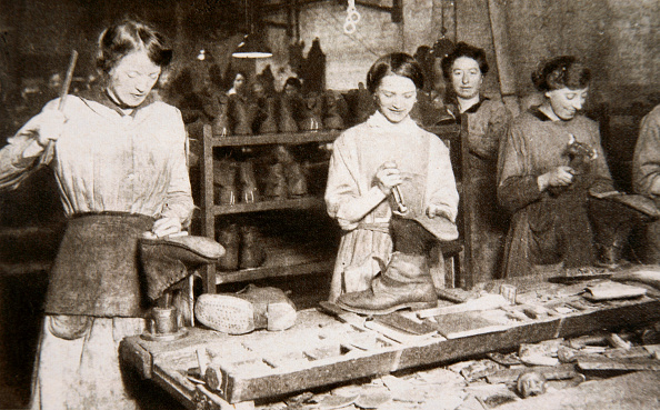 Working「Women Working In A Boot Repairing Factory Old Kent Road London World War I circa 1914-circa 1918」:写真・画像(13)[壁紙.com]