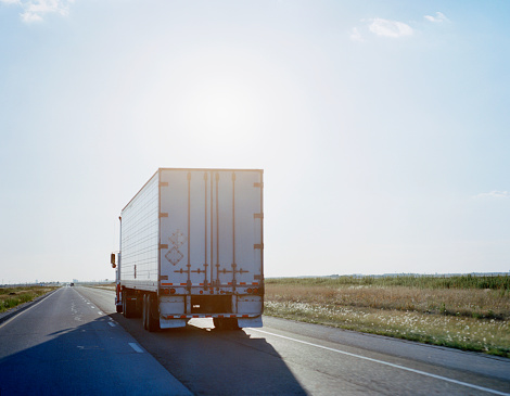 Shipping「Truck traveling on highway, rear view, sunset」:スマホ壁紙(6)