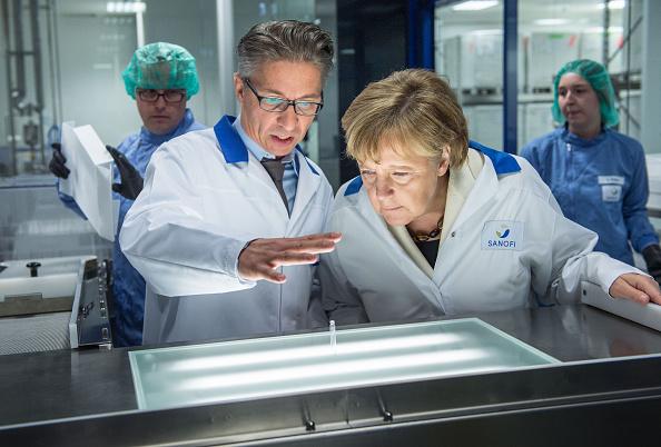 Industry「Chancellor Merkel Visits Sanofi Plant」:写真・画像(3)[壁紙.com]