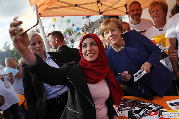 Sean Gallup「Merkel Visits Local Fest In Stralsund」:写真・画像(7)[壁紙.com]