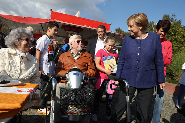 Sean Gallup「Merkel Visits Local Fest In Stralsund」:写真・画像(8)[壁紙.com]
