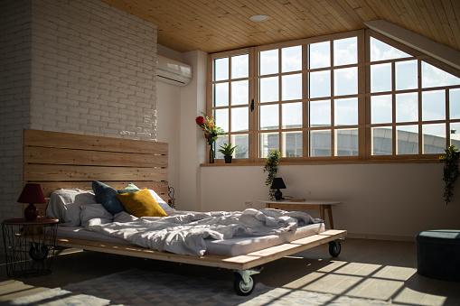 Bedroom「Bed in modern apartment」:スマホ壁紙(16)