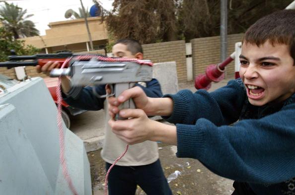 Boys「Iraqi Boys Play With Toy Guns In Baghdad」:写真・画像(15)[壁紙.com]