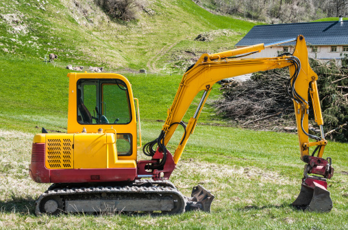 Construction Vehicle「small excavator in alpine landscape」:スマホ壁紙(0)