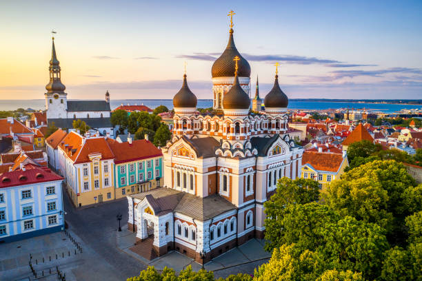 Alexander Nevsky cathedral and St Mary's Cathedral at sunset in Tallinn, Estonia:スマホ壁紙(壁紙.com)