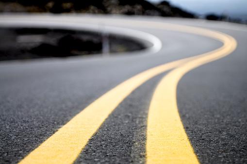 Road Marking「Yellow Lines on a Winding Road」:スマホ壁紙(15)