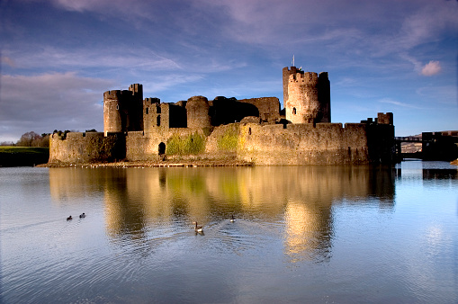 Castle「View from the water of Caerphilly Castle」:スマホ壁紙(18)
