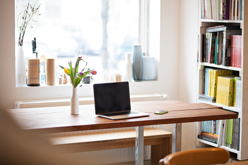 Laptop「Table with laptop in a modern individual bistro」:スマホ壁紙(7)