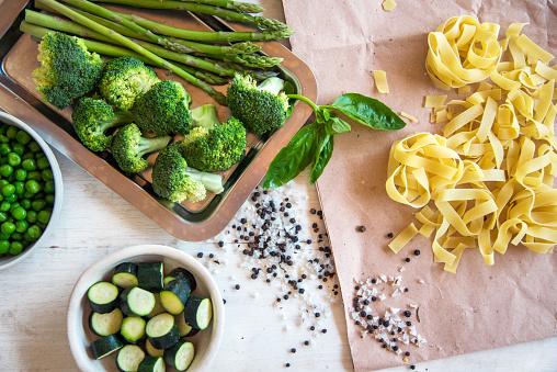 Broccoli「Raw ingredients for vegetarian pasta」:スマホ壁紙(4)