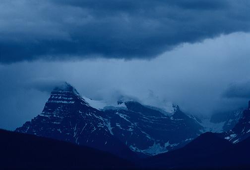 ケフレン山「Storm clouds over Mt Chepren in Canadian Rockies」:スマホ壁紙(14)
