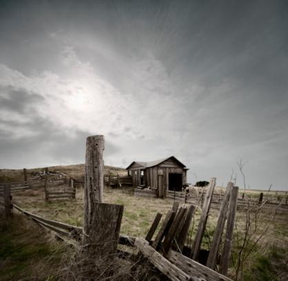 Paddock「Storm clouds above abandoned farmhouse」:スマホ壁紙(15)