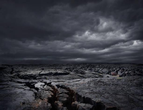 Storm clouds over dry rocky landscape:スマホ壁紙(壁紙.com)
