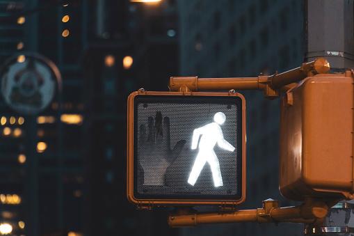 Walking「Pedestrian light at night, Manhattan, New York City, USA」:スマホ壁紙(11)