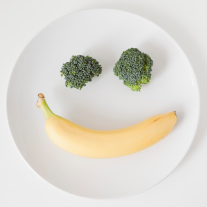 Broccoli「Fruit and vegetable smiling face on plate, studio shot」:スマホ壁紙(5)