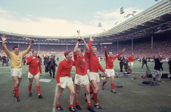 イングランド「Bobby And The Cup」:写真・画像(4)[壁紙.com]