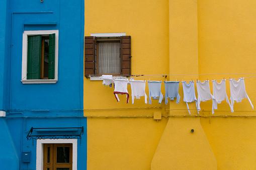 Sweatshirt「Clothesline at blue and yellow facade on Burano (XXL)」:スマホ壁紙(11)