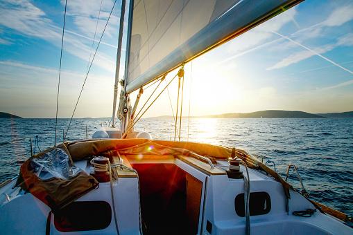 Aquatic Sport「Sailboat Crossing at Dusk」:スマホ壁紙(5)