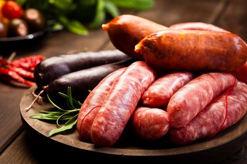 Butcher's Shop「Sausages variation on dark wood table」:スマホ壁紙(18)