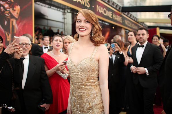 Emma Stone「89th Annual Academy Awards - Red Carpet」:写真・画像(8)[壁紙.com]