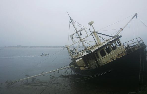 Fisherman「Tropical Cyclone Ingrid Heads Towards Australia」:写真・画像(2)[壁紙.com]