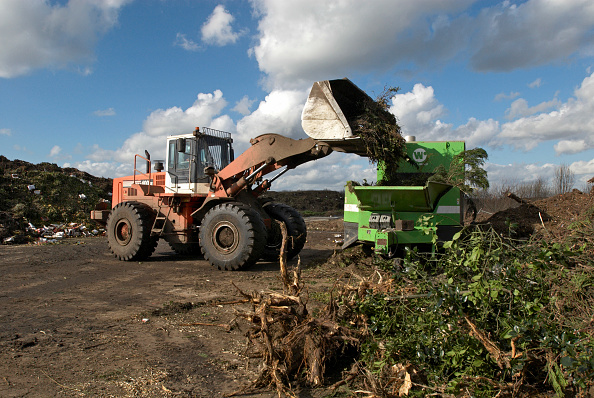 Pouring「Front loader emptying garden waste into composting plant at site for recycling food and garden waste, Suffolk, UK」:写真・画像(5)[壁紙.com]