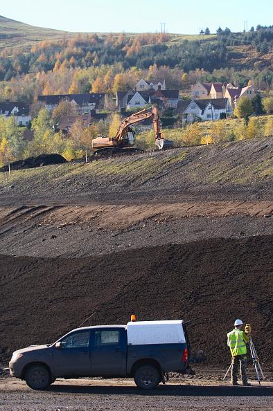 Construction Vehicle「Surveyor on brownfiled site with theodolite, UK」:写真・画像(8)[壁紙.com]
