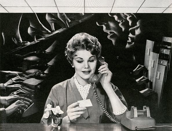 Emotional Stress「Woman On Phone In Noisy Office」:写真・画像(11)[壁紙.com]