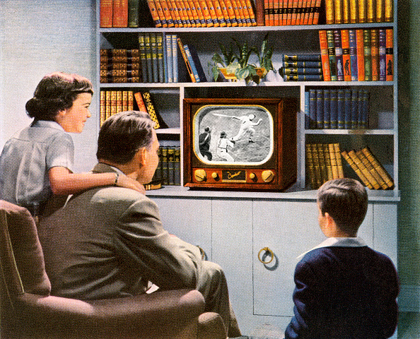 Middle Class「Family Watching Baseball On Tv」:写真・画像(1)[壁紙.com]