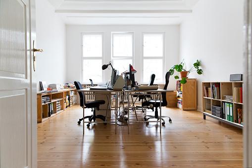 New Business「Workspace in empty office」:スマホ壁紙(15)