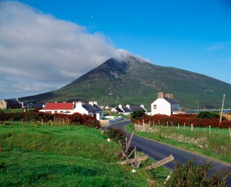 Achill Island「oogort Village And Slievemore Mountain」:スマホ壁紙(4)