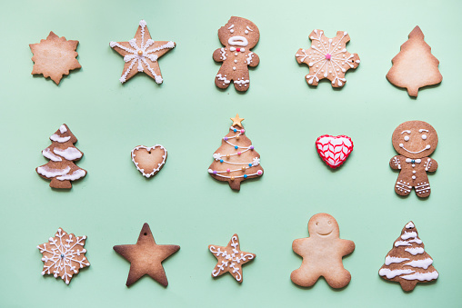 Gingerbread Cookie「Rows of various gingerbread decorated with sugar icing on bright green ground」:スマホ壁紙(13)