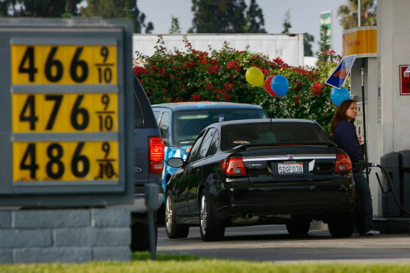 David McNew「Drivers Line Up For Free Gas Promotion In Los Angeles」:写真・画像(4)[壁紙.com]