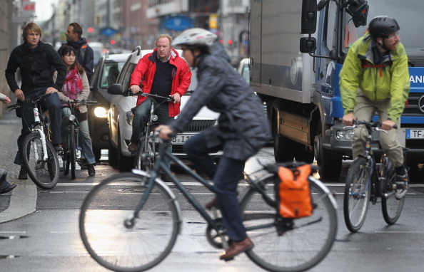Setting「Motorists And Cyclists Co-Exist In Urban Traffic」:写真・画像(16)[壁紙.com]