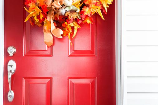 Front Door「Red door with autumn wreath」:スマホ壁紙(1)
