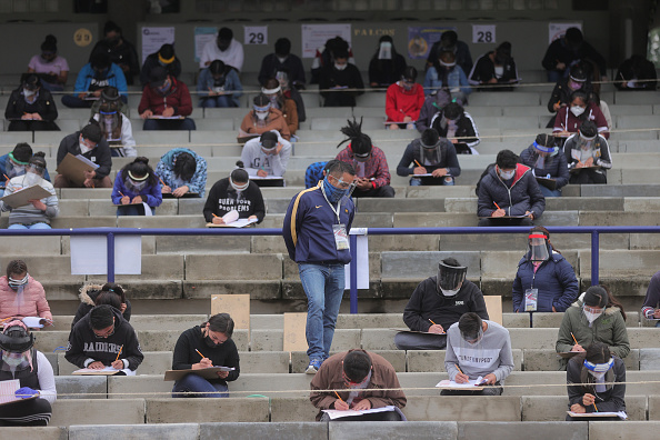 Latin America「University Admission Exam Taken in a Soccer Stadium Amid Coronavirus Pandemic」:写真・画像(11)[壁紙.com]