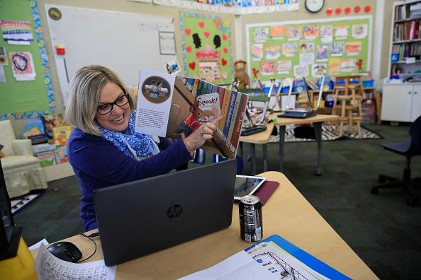 Classroom「Teacher Instructs Remotely From Empty Classroom」:写真・画像(16)[壁紙.com]