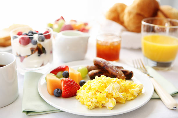 Breakfast table with eggs, fruit, and sausages:スマホ壁紙(壁紙.com)