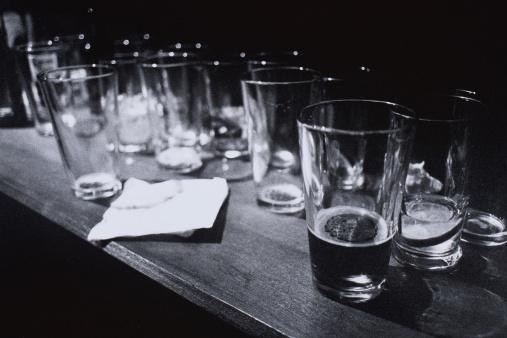 Bar Counter「Empty Beer Glasses on Table」:スマホ壁紙(9)
