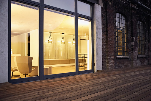 Twilight「Exterior view of modern building at night」:スマホ壁紙(11)