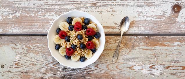 Granola「Bowl of muesli with banana slices, raspberries and blueberries」:スマホ壁紙(15)