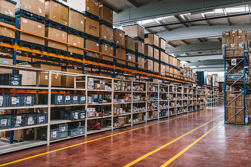 Rack「View of empty industrial material warehouse」:スマホ壁紙(1)