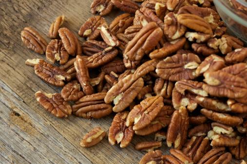 Pecan「Pecan nuts on rustic wood table」:スマホ壁紙(13)