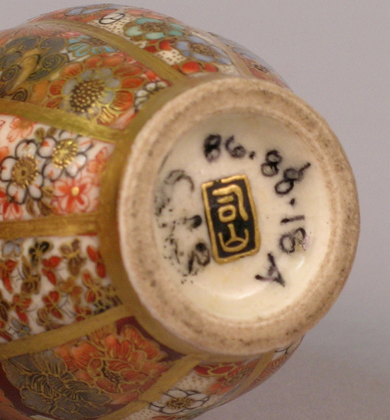 Rectangle「Satsuma ware snuff bottle with vertical floral motifs in bands around the oblong body」:写真・画像(7)[壁紙.com]