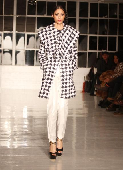 背景に人「Edwing D'Angelo - Runway - Mercedes-Benz Fashion Week Fall 2014」:写真・画像(18)[壁紙.com]